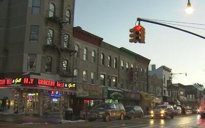 Autoridades buscan a taxista acusado de violar a una pasajera en Brooklyn