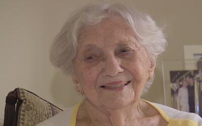 Mujer de cien años y sobreviviente del Holocausto se hace ciudadana para...