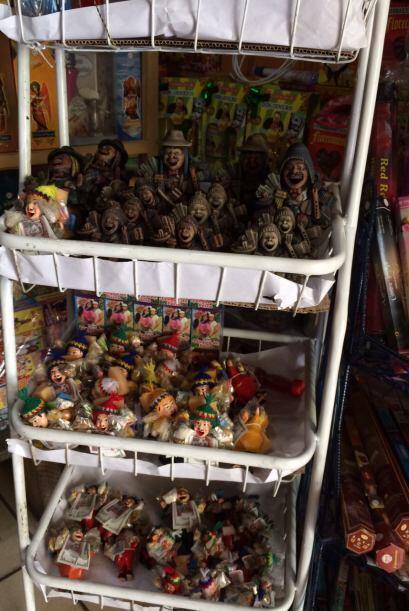 Los aymara venden muñecos de la figura sonriente de Ekeko, dios de la ab...