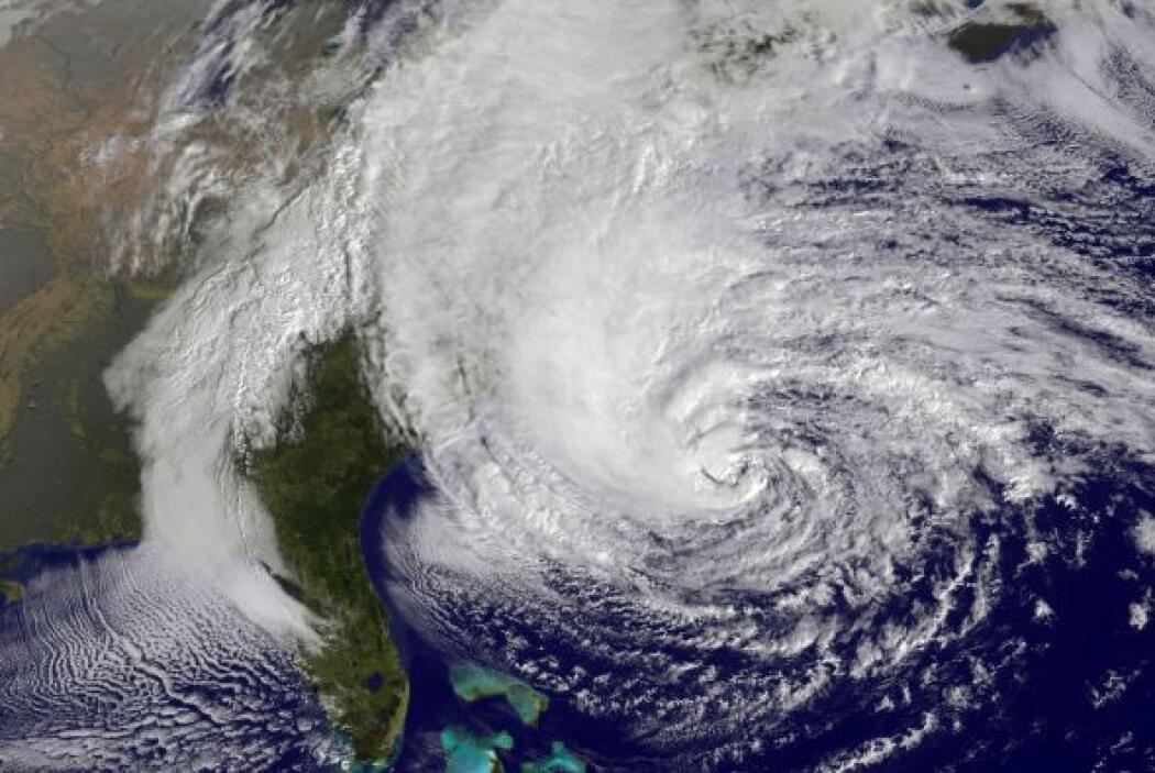 """Según el Centro Nacional de Huracanes (CNH), """"Sandy"""" ya se encuentra fre..."""