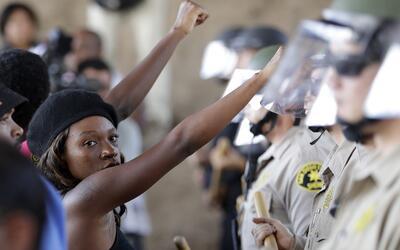 Manifestantes encararon a oficiales de la Policía de El Caj&oacut...