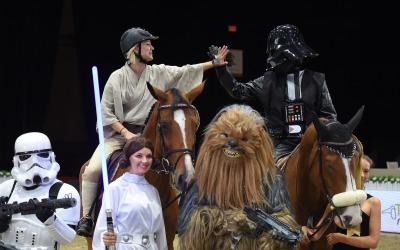 Kaley Cuoco se disfraza de jedi para un evento equino