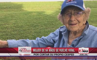 Mujer de 94 años se vuelve viral por podar el césped de su casa