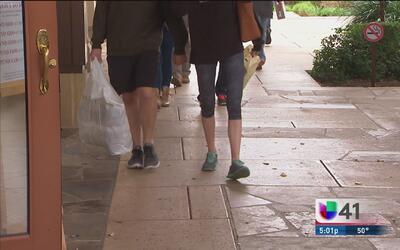 Compradores navideños de última hora abarrotan centros comerciales
