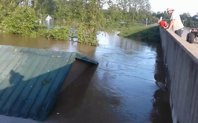 En video: Captan en video cómo las fuertes inundaciones arrastran una ca...