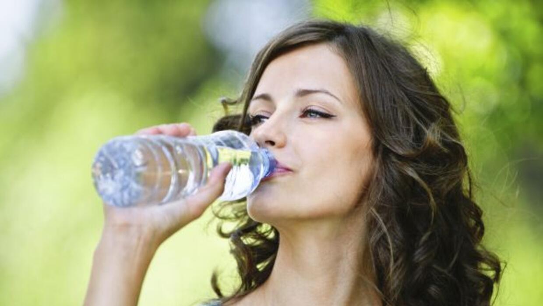 Toma agua. Proponte tomar más agua cada día, hasta que logres consumir p...