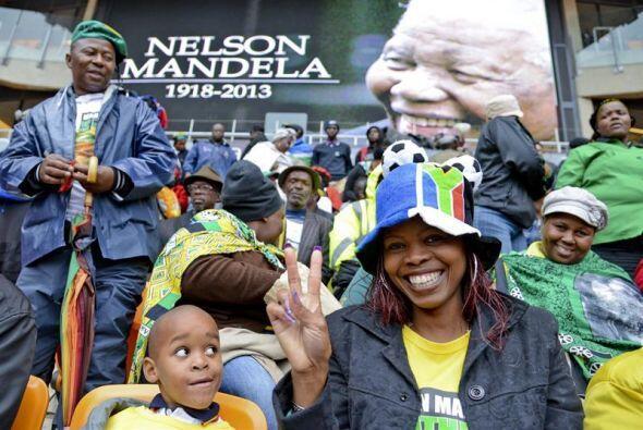 Una mujer, junto a su pequeño hijo, en el estadio donde se celebró el ho...