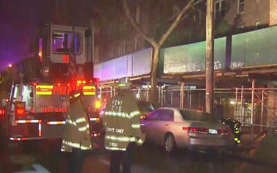 Dos personas resultaron heridas durante un incendio en un edificio de El...