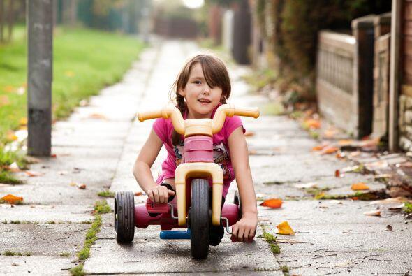 Sino es en su patineta, Rosie también disfruta de pasear en su triciclo.