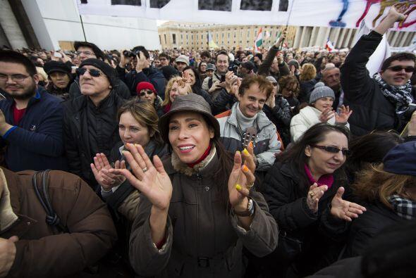Del mismo modo, en el centro de la plaza, otro grupo de jóvenes entonaba...