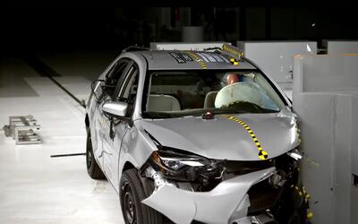 En Video Crash Test Toyota Corolla 2017