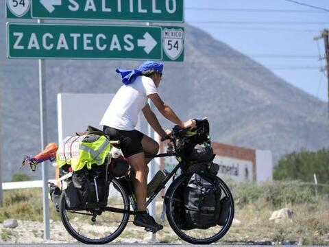 El español Álvaro Neil, conocido como el biciclown, quien pedalea alrede...