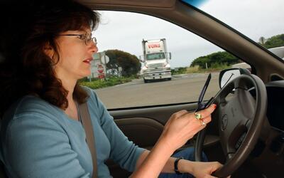¿Usa su teléfono ilegalmente mientras conduce? Este artefacto le ayudará...