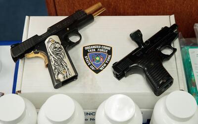 De las dos pistolas semiautomáticas recuperadas en el operativo,...