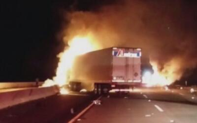 Un camión termina en llamas luego de un accidente en la autopista 15, en...