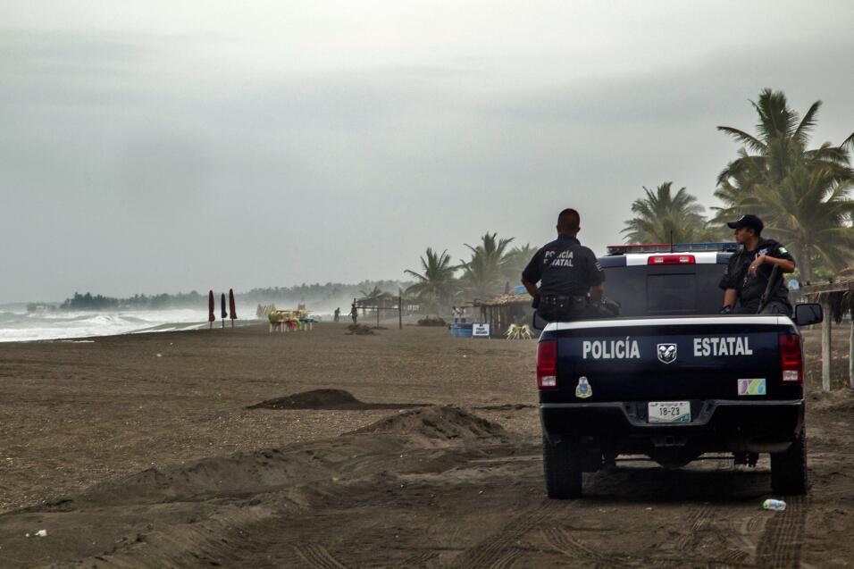En Boca de Pacuales, en el estado de Colima, la policía desaloja la costa.