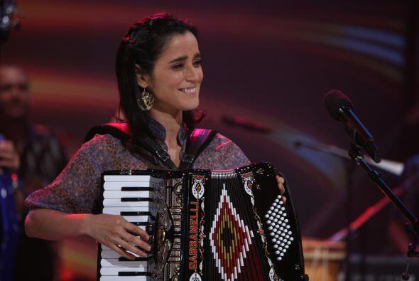 Con acordeón en mano, llegó Julieta Venegas.