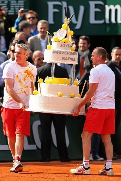 Y entonces entró la sorpresa del día, ¡el pastel!.