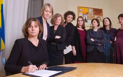 Isabella Löven, ministra del Ambiente de Suecia, firma la ley de pr...