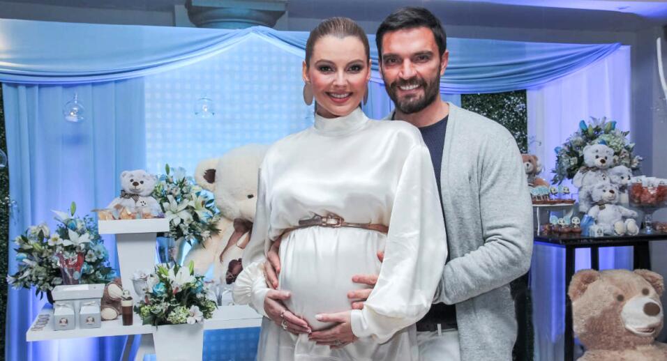 Marjorie de Sousa y Julián Gil mostraron las pataditas de su bebé