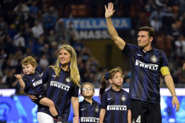 Zanetti, acompañado de sus tres hijos, dio las gracias a una afic...