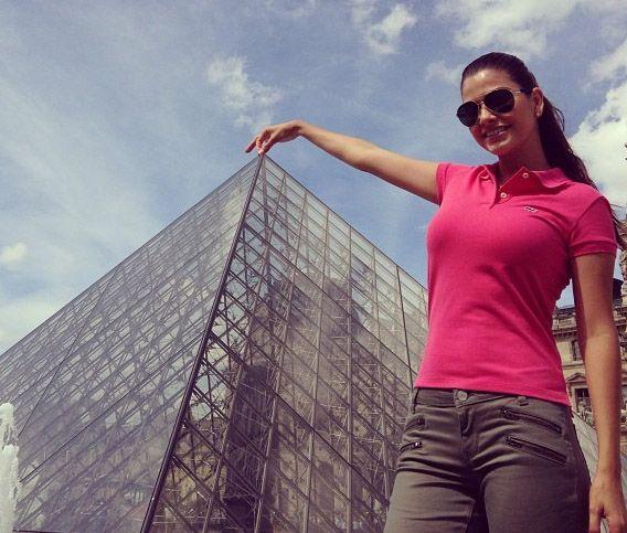 """La Pirámide del Museo del Louvre #Paris"", mostró Ana Patricia González...."