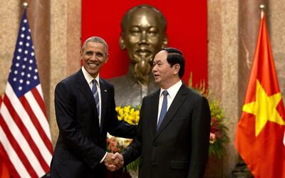 Obama estrecha la mano de Tran Dai Quang, presidente vietnamita