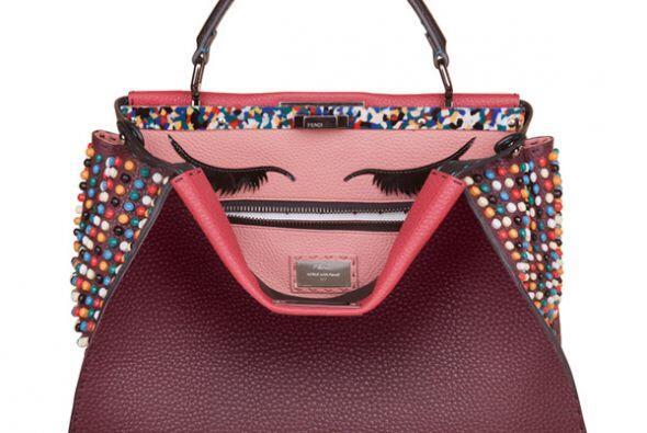 Un par de ojos y tachuelas de colores caracterizan este diseño. (Imagen...