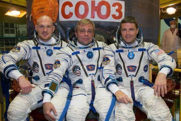 Ried Wiseman (extrema derecha) es un astronauta en su primer misión en e...
