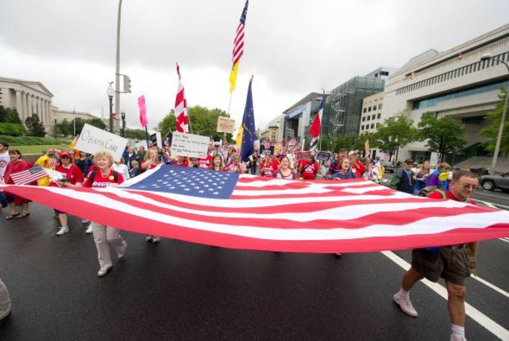 """Activistas del """"Tea party"""" se reunieron el domingo en algunas capitales..."""