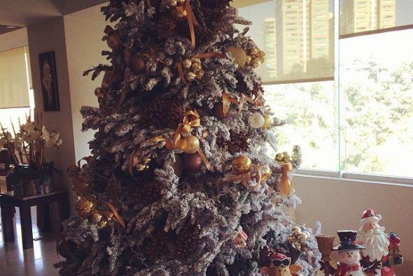 Jacky Bracamontes le puso detalles de nieve al árbol de su casa.