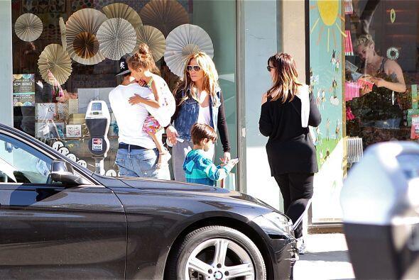 Jennifer y Casper con los chicos. Mira aquí los videos más...