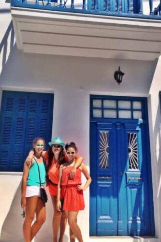 Aquí las vemos posando en Mykonos. Esa casita les encantó.