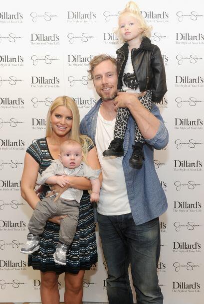 Su esposo, Eric Johnson y sus pequeños Maxwell y Ace, posaron de...