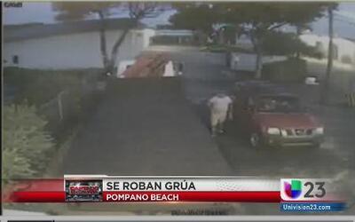Estre video muestra como 4 sospechosos roban una grúa