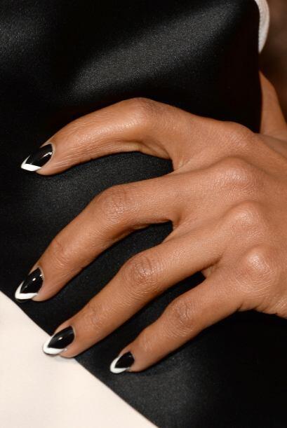 Hasta el manicure combina con su look.