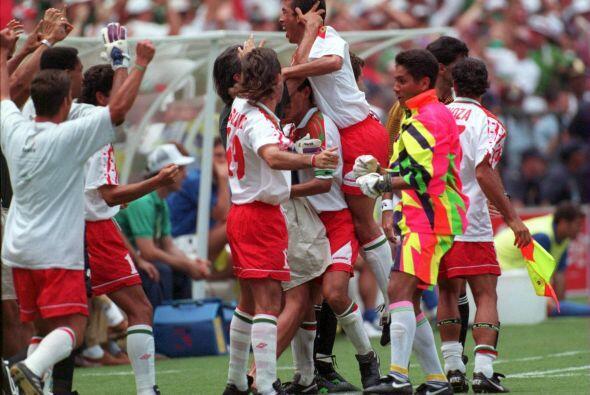 Italia comenzó ganando el juego con anotación de Massaro,...