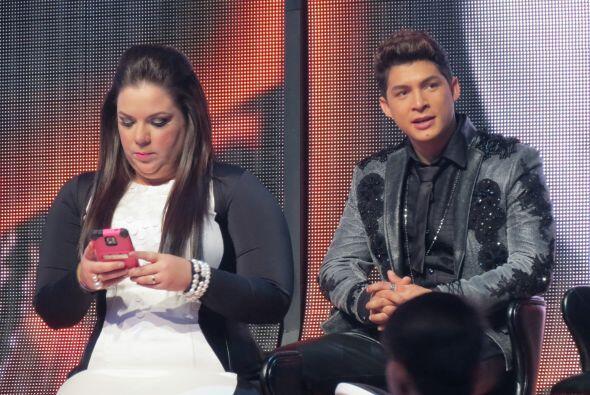 Yaza revisa sus mensajes en el teléfono antes del show.