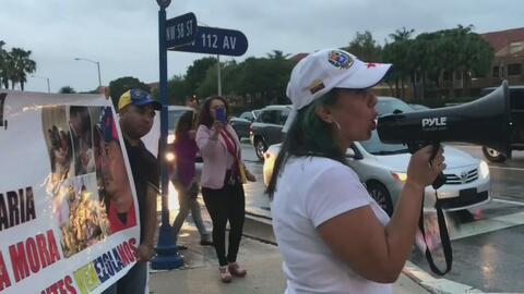 Venezolanos del sur de Florida protestan frente a la residencia de dos p...