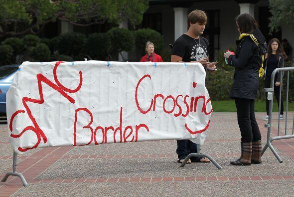 Estudiantes de California en contra de la SB 1070 crearon una frontera...
