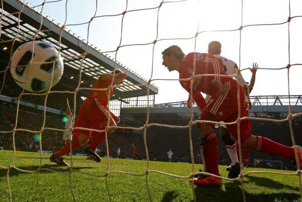 Pero el holandés Dirk Kuyt no quiso correr riesgos y mandó el balón al f...