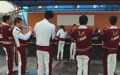 Integrantes de los Búhos están listos para participar en el Desfile de l...