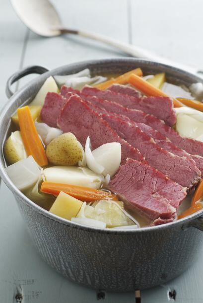 Luego, coloca la pieza de carne en un caldero grande y cubre con agua. H...