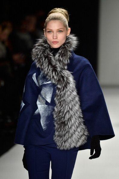 Sus abrigos y suéteres se asemejaban a capas, con cuellos anchos y volca...