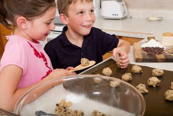 Pequeños chefs. Hornea deliciosas galletas junto a tus niños, para mante...