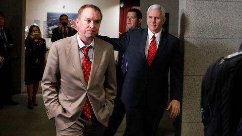 Mick Mulvaney y Mike Pence llegando a la reunión con el caucus re...