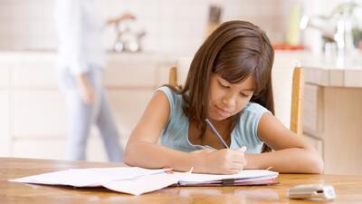 El reto de la tarea: Cinco estrategias para padres e hijos