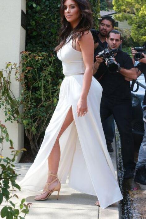 Y es que ese vestido blanco traía tremenda abertura que dejaba presumir...