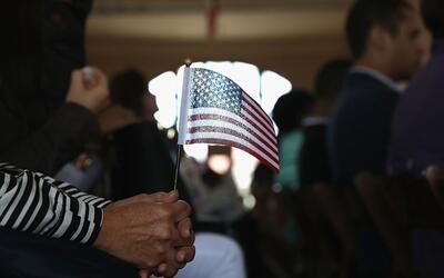 Inmigrantes se convierten en ciudadanos estadounidenses en una ceremonia...
