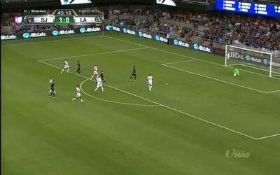 Uyy!! Steven Gerrard dispara y para el portero